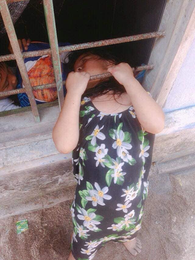 Bé gái nghịch dại kẹt đầu vào song sắt cửa sổ, phụ huynh phải dùng cưa máy để giải cứu-3