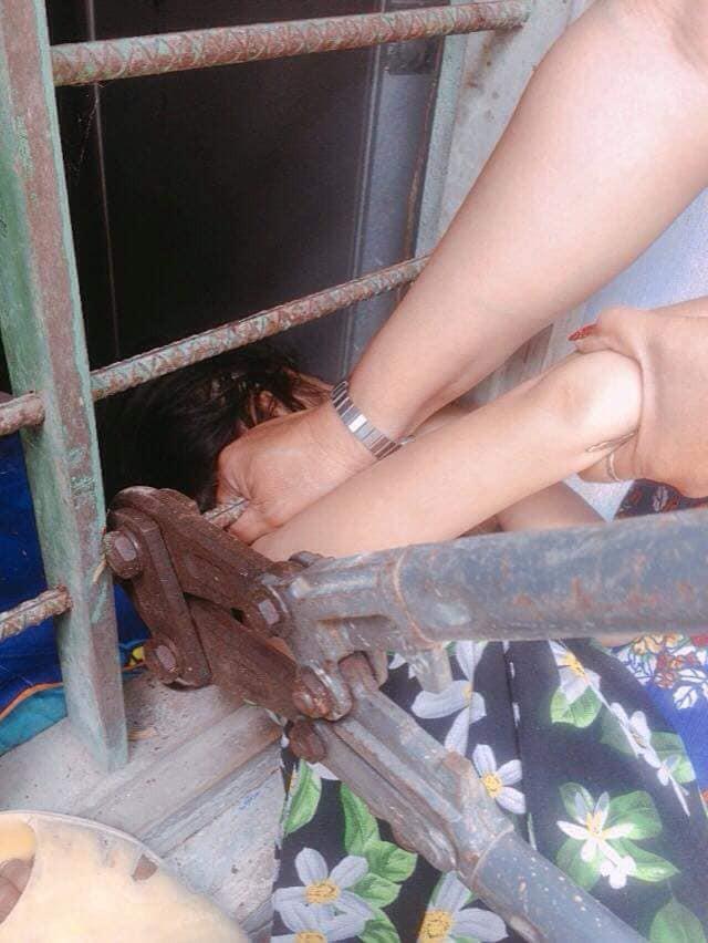 Bé gái nghịch dại kẹt đầu vào song sắt cửa sổ, phụ huynh phải dùng cưa máy để giải cứu-4
