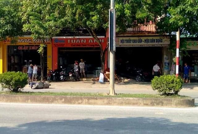 Ô tô tông trúng xe máy rồi lao thẳng vào cửa hàng đồ gỗ khiến nam công nhân tử vong-1