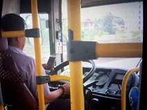 Tài xế xe buýt liều mạng nhất Hà thành: Chơi smartphone, lao giữa phố đông