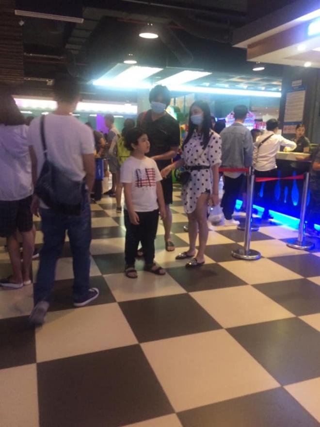 Tim và Trương Quỳnh Anh bị bắt gặp đeo khẩu trang che mặt cùng đưa con đi chơi-1