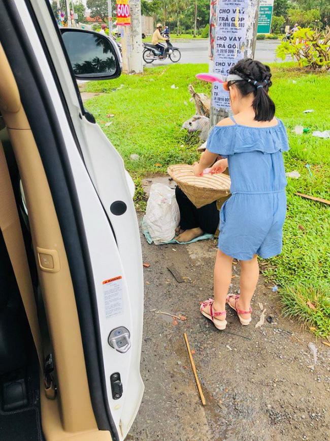 Đang trên xe ôtô, con gái Thủy Tiên - Công Vinh nằng nặc đòi xuống xe vì lý do này-1