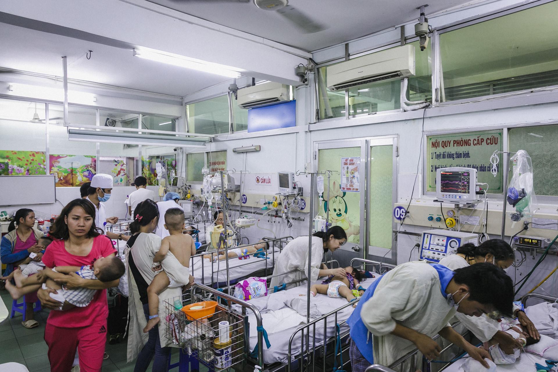 Bệnh viện Nhi ở Sài Gòn vỡ trận vì dịch chồng dịch-1