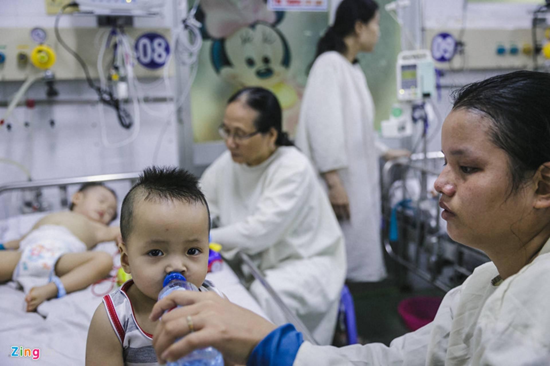 Bệnh viện Nhi ở Sài Gòn vỡ trận vì dịch chồng dịch-2