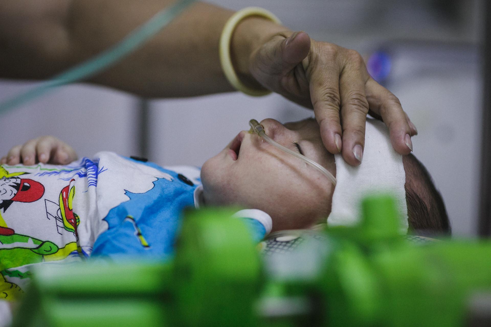 Bệnh viện Nhi ở Sài Gòn vỡ trận vì dịch chồng dịch-13