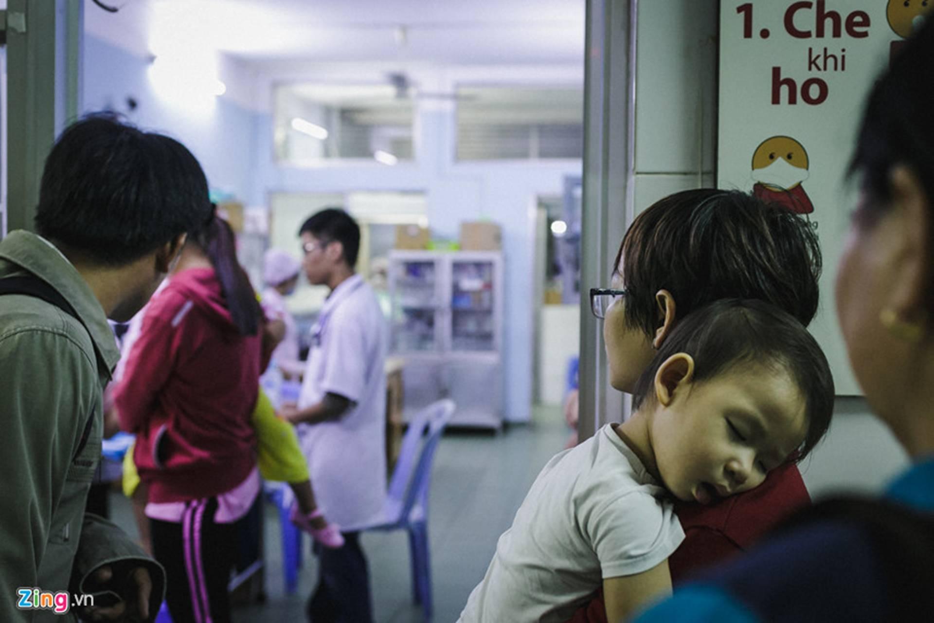 Bệnh viện Nhi ở Sài Gòn vỡ trận vì dịch chồng dịch-15