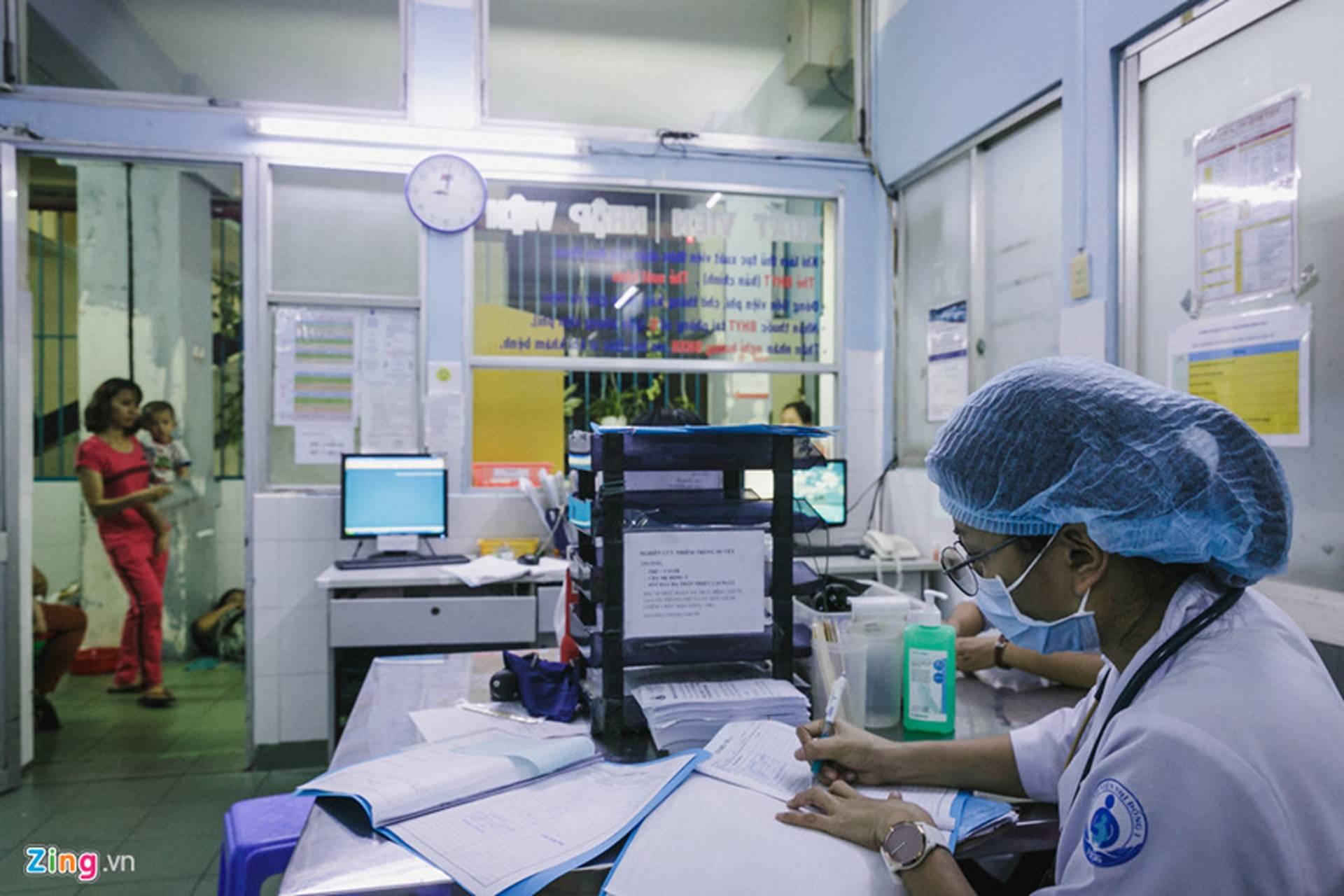 Bệnh viện Nhi ở Sài Gòn vỡ trận vì dịch chồng dịch-16