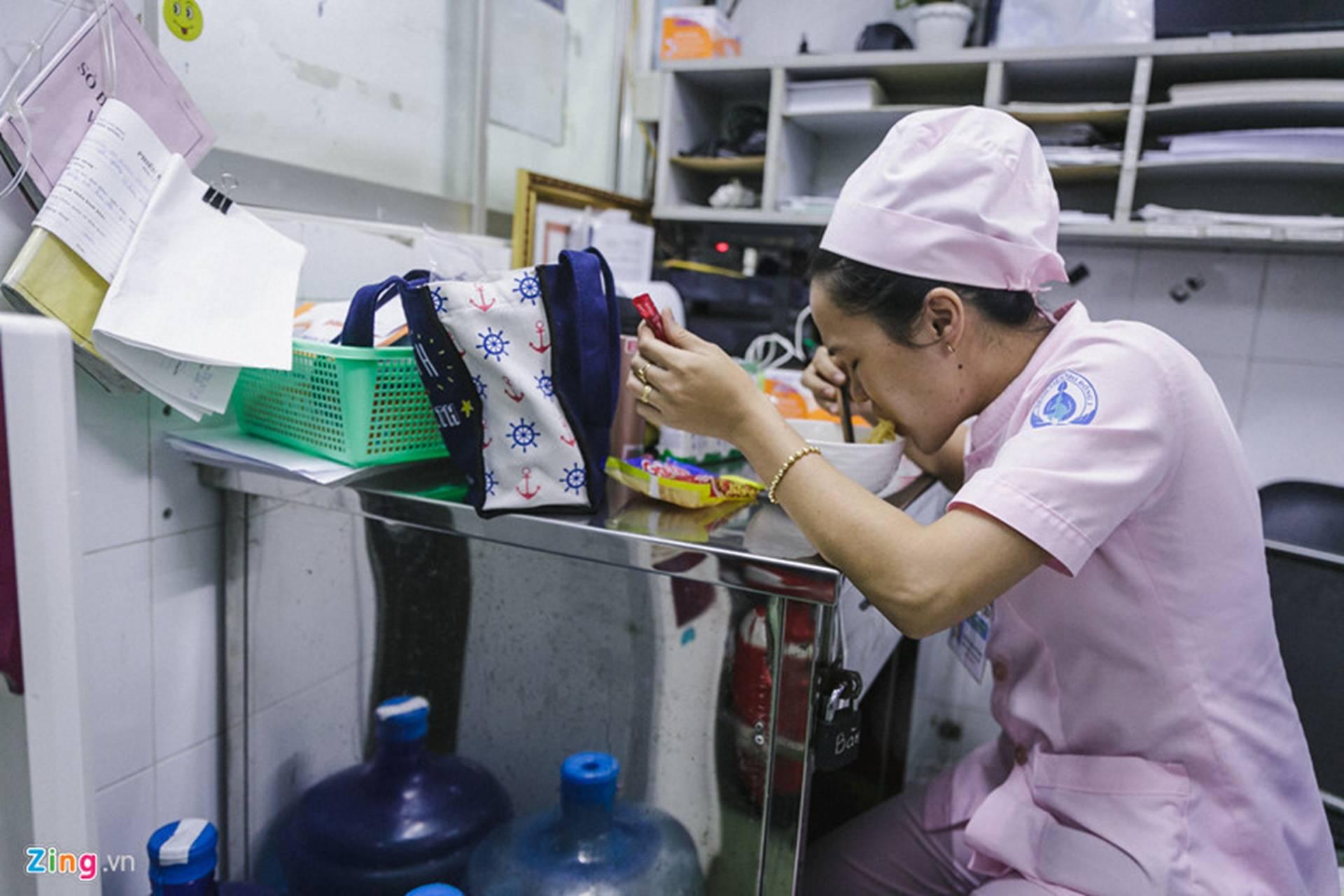 Bệnh viện Nhi ở Sài Gòn vỡ trận vì dịch chồng dịch-17