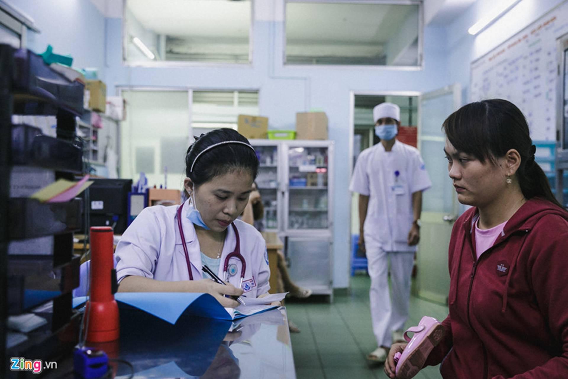 Bệnh viện Nhi ở Sài Gòn vỡ trận vì dịch chồng dịch-22