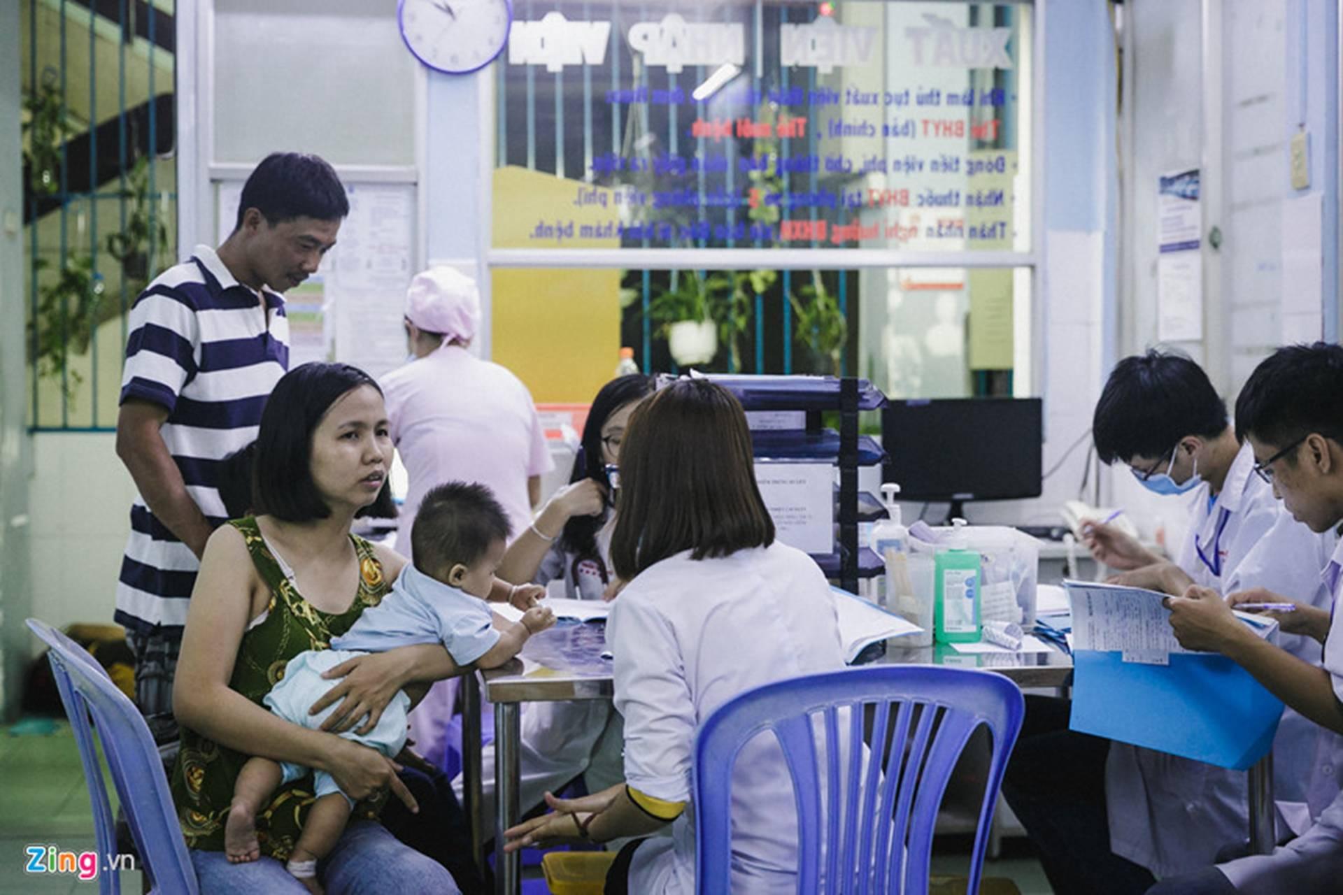 Bệnh viện Nhi ở Sài Gòn vỡ trận vì dịch chồng dịch-23
