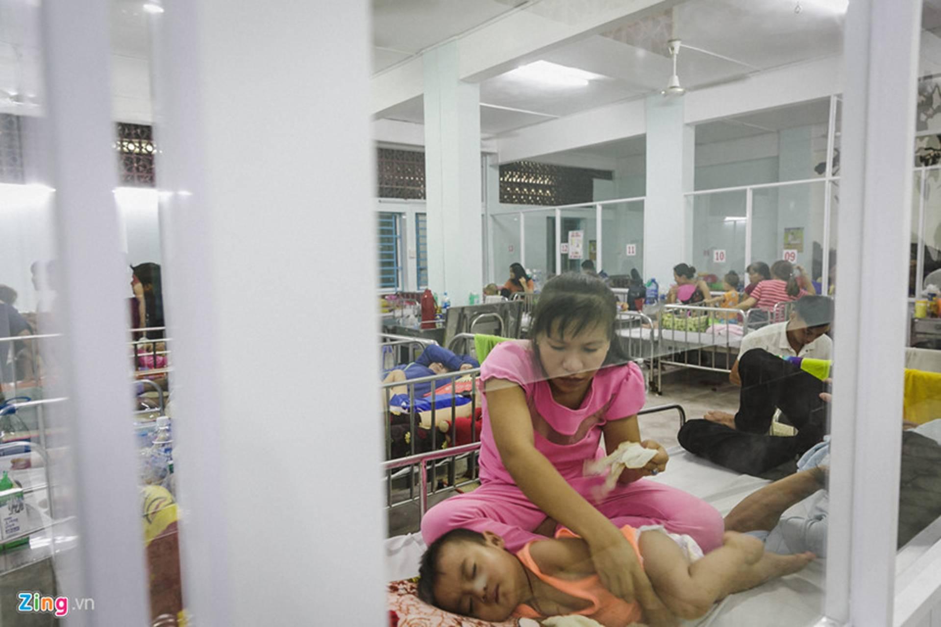Bệnh viện Nhi ở Sài Gòn vỡ trận vì dịch chồng dịch-26