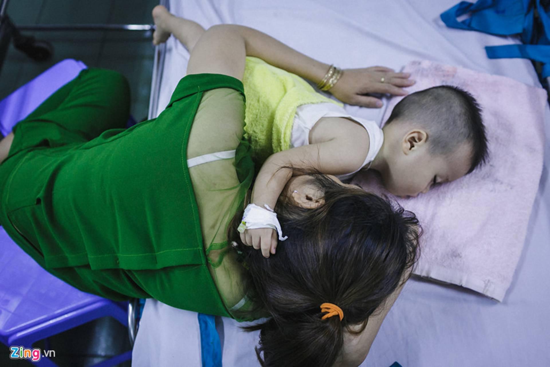 Bệnh viện Nhi ở Sài Gòn vỡ trận vì dịch chồng dịch-29