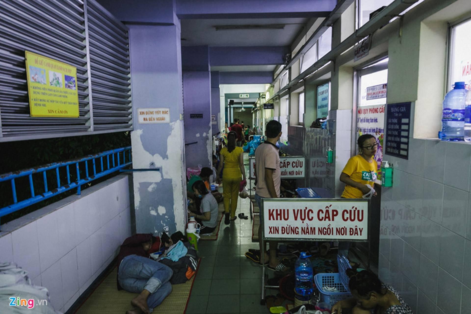 Bệnh viện Nhi ở Sài Gòn vỡ trận vì dịch chồng dịch-32