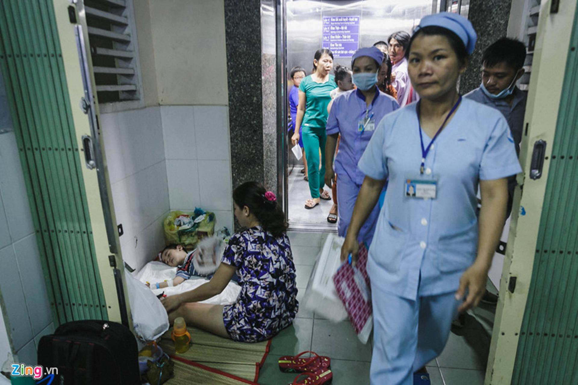 Bệnh viện Nhi ở Sài Gòn vỡ trận vì dịch chồng dịch-33