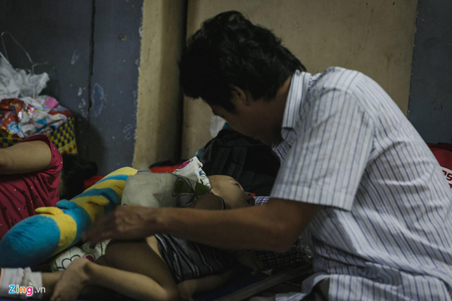 Bệnh viện Nhi ở Sài Gòn vỡ trận vì dịch chồng dịch-35