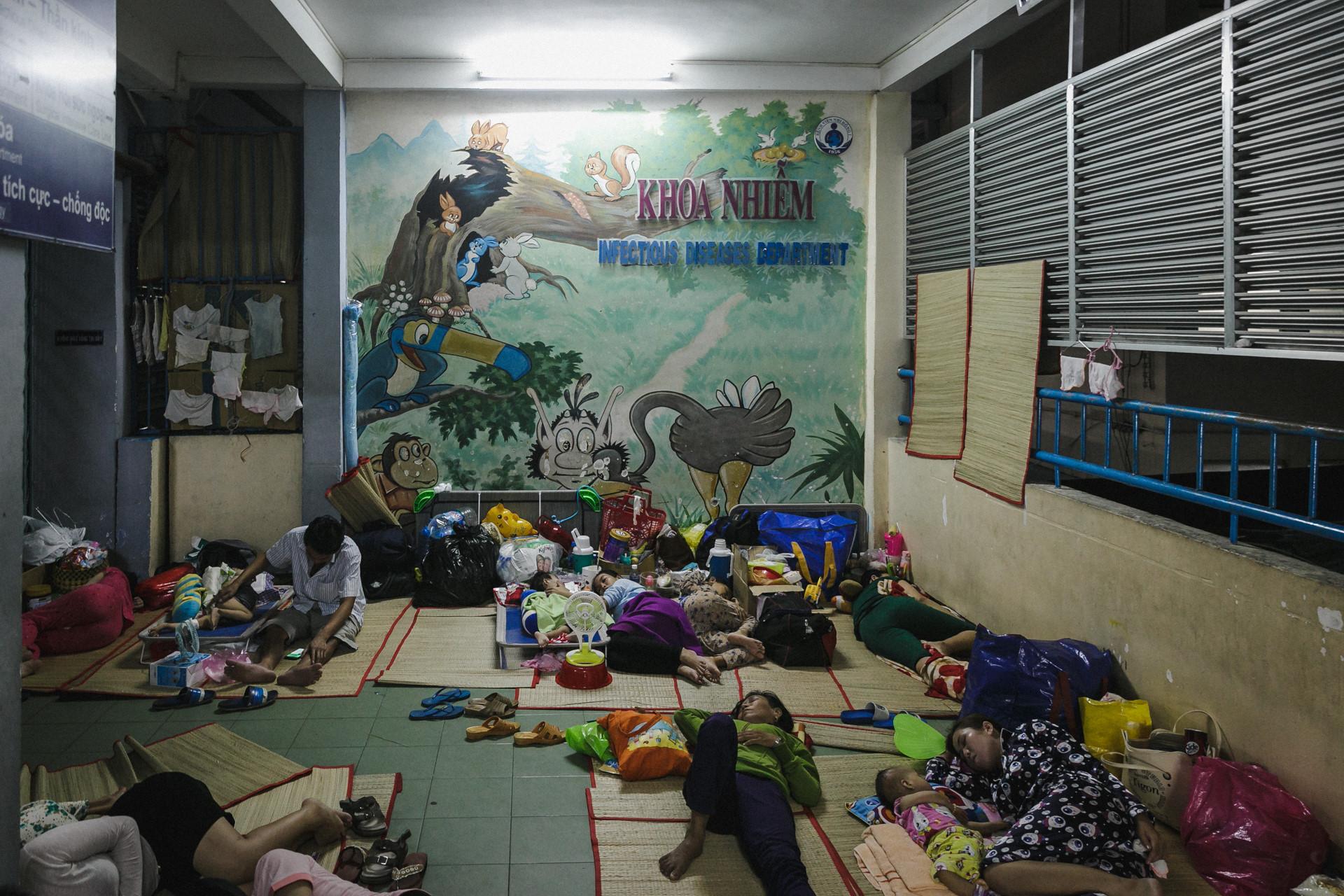 Bệnh viện Nhi ở Sài Gòn vỡ trận vì dịch chồng dịch-38