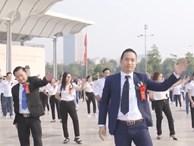 Hiệu trưởng 'quẩy' hết mình với sinh viên trong điệu nhảy flashmob