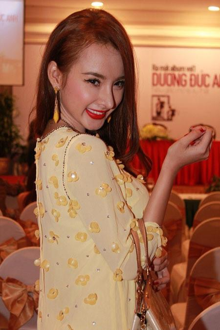 Lạm dụng tắm trắng, Angela Phương Trinh ngày càng gây hốt hoảng với vẻ ngoài bạch tạng?-3