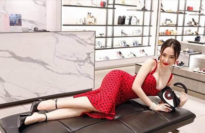 Lạm dụng tắm trắng, Angela Phương Trinh ngày càng gây hốt hoảng với vẻ ngoài bạch tạng?-6