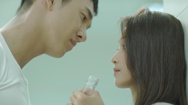 Hậu Duệ Mặt Trời Việt: Nụ hôn rượu vang chết trong tay Khả Ngân vì... quá nhạt-4