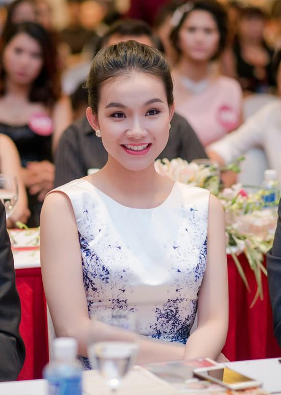 Bất ngờ trước nhan sắc 10 năm không đổi của HH Thùy Lâm, fan càng ngỡ ngàng hơn với làn da mộc mạc của nàng Hậu ngoài 30 này-7
