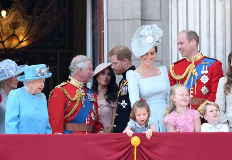 Cái vỗ nhẹ vào lưng và xử trí con ăn vạ của Công nương Kate được báo chí ca ngợi-1