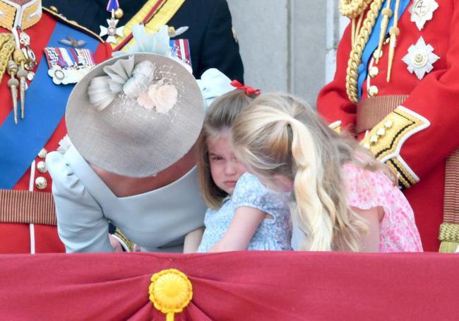 Cái vỗ nhẹ vào lưng và xử trí con ăn vạ của Công nương Kate được báo chí ca ngợi-3