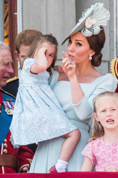 Cái vỗ nhẹ vào lưng và xử trí con ăn vạ của Công nương Kate được báo chí ca ngợi-4