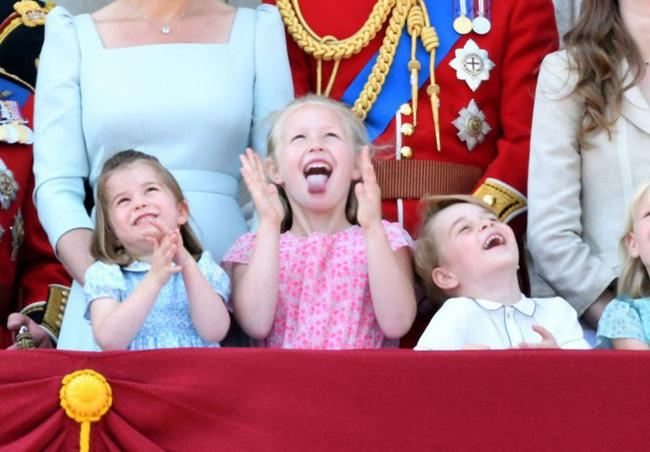Cái vỗ nhẹ vào lưng và xử trí con ăn vạ của Công nương Kate được báo chí ca ngợi-5