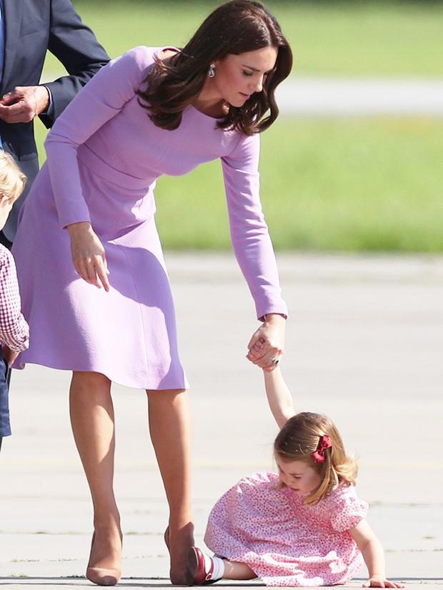 Cái vỗ nhẹ vào lưng và xử trí con ăn vạ của Công nương Kate được báo chí ca ngợi-6