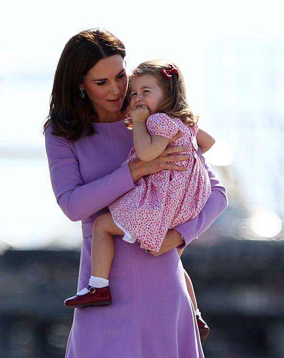 Cái vỗ nhẹ vào lưng và xử trí con ăn vạ của Công nương Kate được báo chí ca ngợi-7