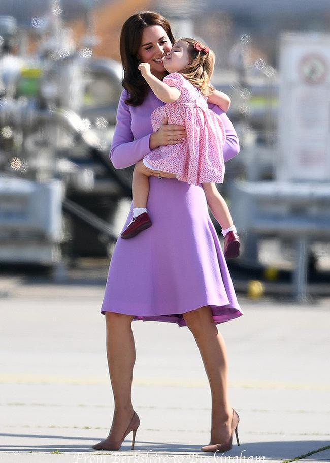 Cái vỗ nhẹ vào lưng và xử trí con ăn vạ của Công nương Kate được báo chí ca ngợi-8