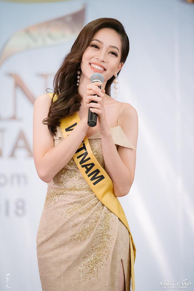 Clip: Phương Nga tự tin khoe giọng hát với ca khúc Hello Vietnam trên sân khấu của Miss Grand International 2018-2