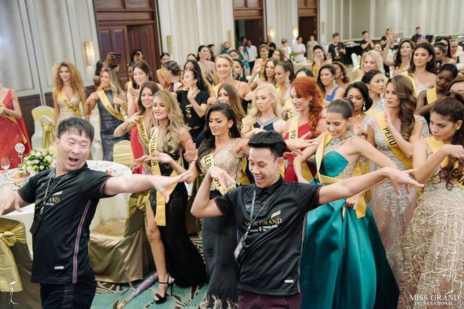 Clip: Phương Nga tự tin khoe giọng hát với ca khúc Hello Vietnam trên sân khấu của Miss Grand International 2018-4