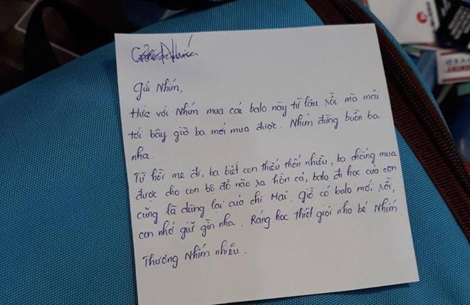 """Cha nghèo mua balo rồi nhờ nhân viên viết thiệp gửi con: Mẹ đi, ba biết con thiếu thốn nhiều…""""-3"""