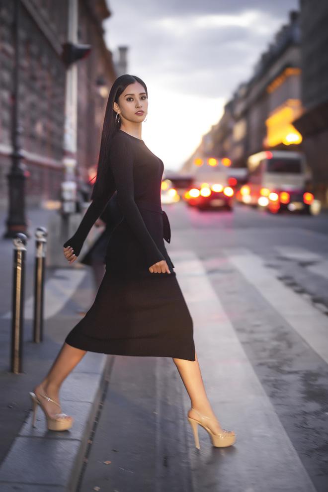 Những khoảnh khắc khoe thần thái sắc sảo và thu hút của Hoa hậu Tiểu Vy trong bộ ảnh chụp tại Paris-1