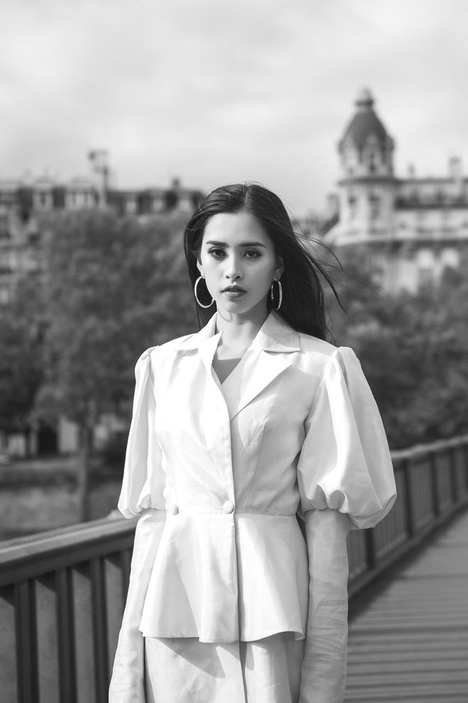 Những khoảnh khắc khoe thần thái sắc sảo và thu hút của Hoa hậu Tiểu Vy trong bộ ảnh chụp tại Paris-11