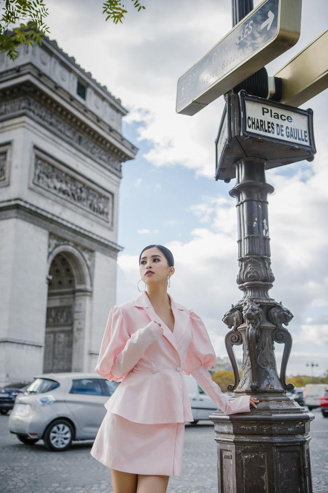 Những khoảnh khắc khoe thần thái sắc sảo và thu hút của Hoa hậu Tiểu Vy trong bộ ảnh chụp tại Paris-12