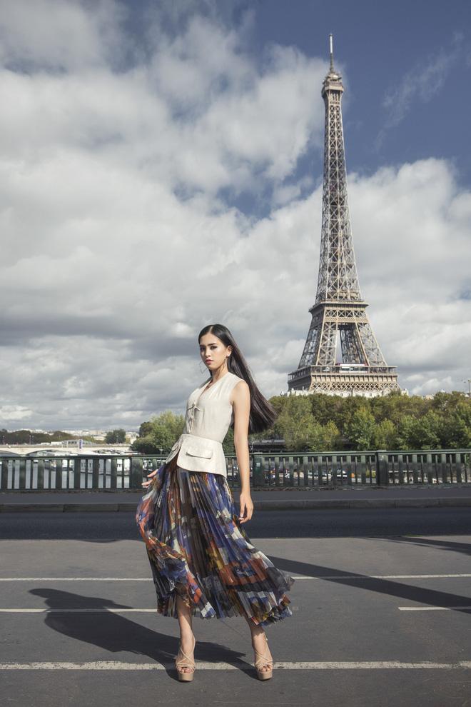 Những khoảnh khắc khoe thần thái sắc sảo và thu hút của Hoa hậu Tiểu Vy trong bộ ảnh chụp tại Paris-14