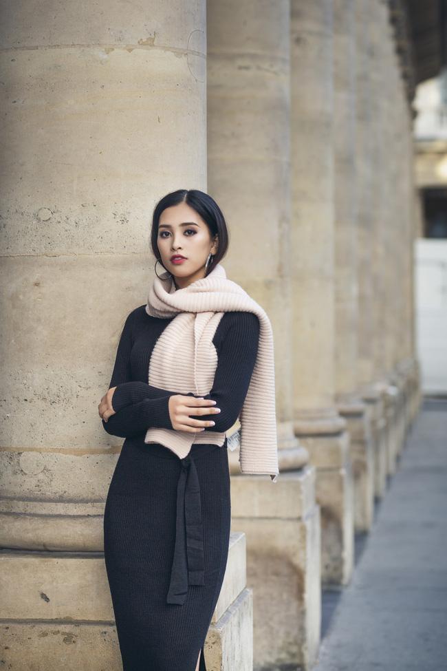 Những khoảnh khắc khoe thần thái sắc sảo và thu hút của Hoa hậu Tiểu Vy trong bộ ảnh chụp tại Paris-3