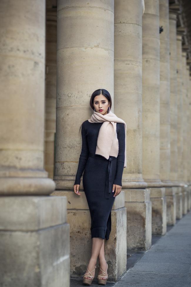 Những khoảnh khắc khoe thần thái sắc sảo và thu hút của Hoa hậu Tiểu Vy trong bộ ảnh chụp tại Paris-4