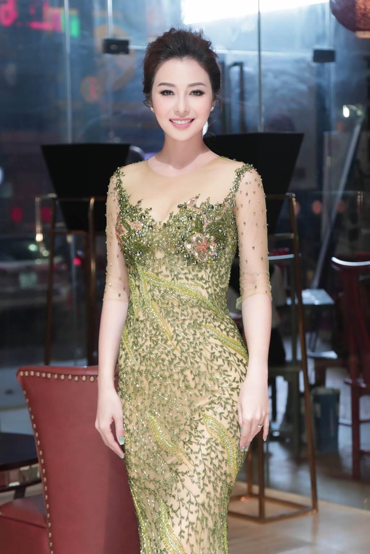 HH Jennifer Phạm lại gây thương nhớ nhờ váy xuyên thấu mỏng như sương-2