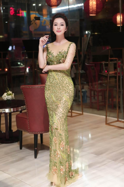 HH Jennifer Phạm lại gây thương nhớ nhờ váy xuyên thấu mỏng như sương-4