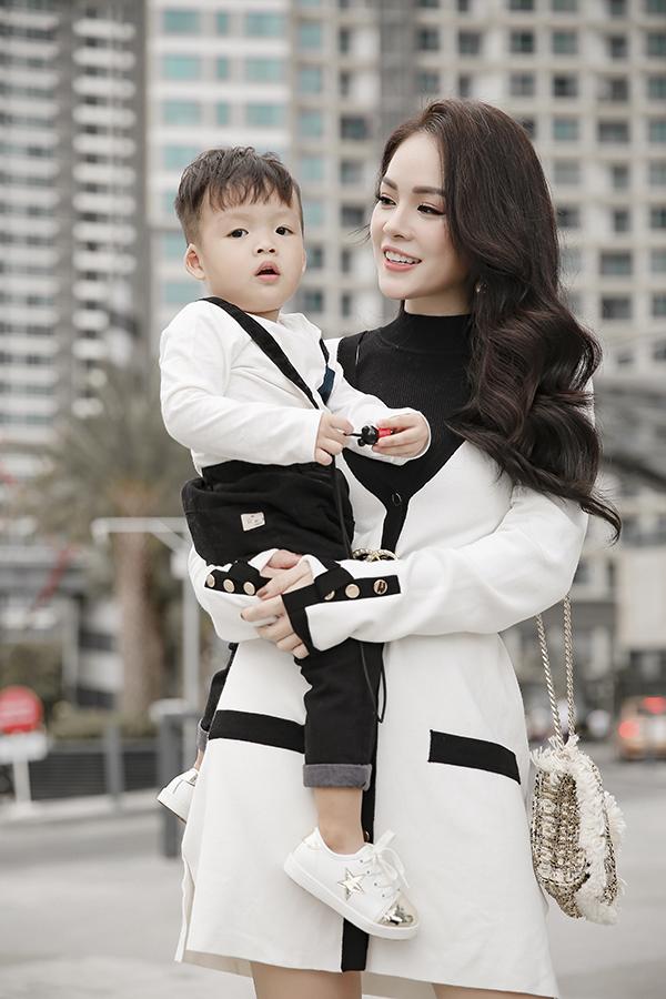 Dương Cẩm Lynh cùng con trai chụp bộ ảnh nhân dịp sinh nhật bé tròn hai tuổi-2