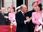 Hoàng tử William và Công nương Kate gây sốt cộng đồng mạng với khoảnh khắc tình tứ tinh tế tại đám cưới em họ-8