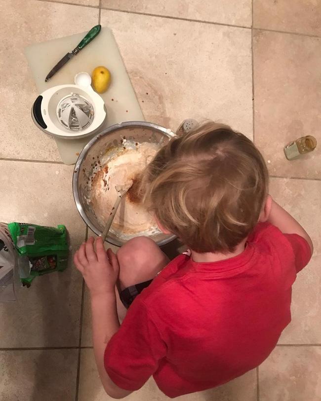 Mẹ trẻ có tư tưởng tiến bộ: Dạy con trai làm một việc mà trước nay ai cũng nghĩ chỉ dành cho con gái-2