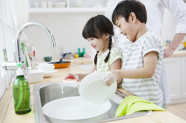 Mẹ trẻ có tư tưởng tiến bộ: Dạy con trai làm một việc mà trước nay ai cũng nghĩ chỉ dành cho con gái-3
