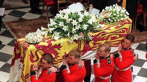 Bí mật ít biết đằng sau vòng hoa hồng màu trắng cùng dòng chữ khiêm tốn trên quan tài của Công nương Diana khiến nhiều người phải rơi lệ-1