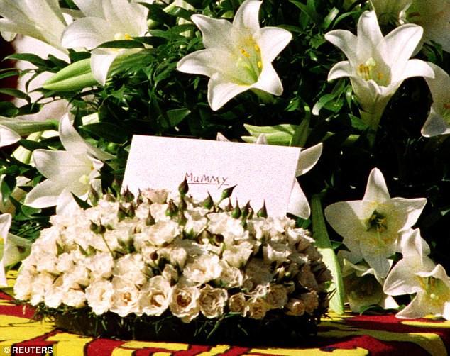 Bí mật ít biết đằng sau vòng hoa hồng màu trắng cùng dòng chữ khiêm tốn trên quan tài của Công nương Diana khiến nhiều người phải rơi lệ-2