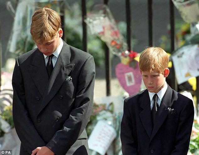 Bí mật ít biết đằng sau vòng hoa hồng màu trắng cùng dòng chữ khiêm tốn trên quan tài của Công nương Diana khiến nhiều người phải rơi lệ-4